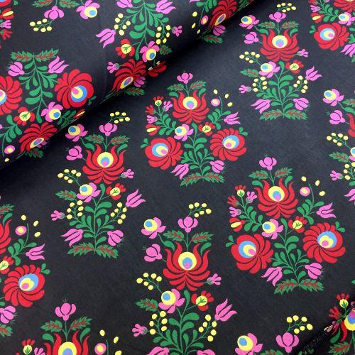 Tradičné kvetiny na čiernej bavlnená látka